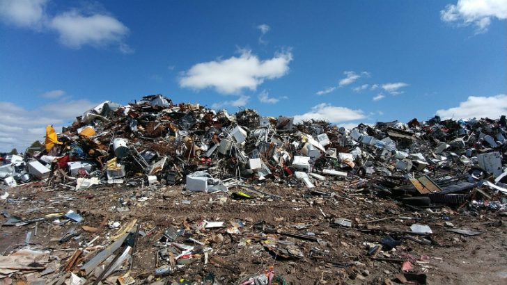 Waste recycling (https://pixabay.com/en/scrapyard-metal-waste-junk-recycle-2441432/)