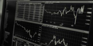 FX Trading (https://pixabay.com/en/stock-trading-monitor-desk-1863880/)