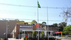 McDonald's na Avenida Rondon Pacheco, no centro de Uberlândia. By will7 [CC BY-SA 3.0 (https://creativecommons.org/licenses/by-sa/3.0)], via Wikimedia Commons