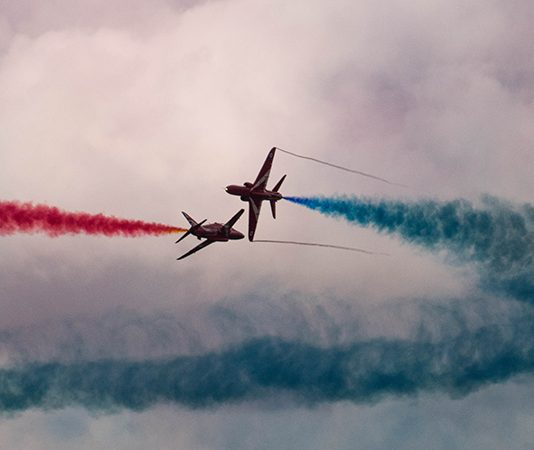 The Red Arrows : image sauce - Unsplash.com/ Oliver Rowley